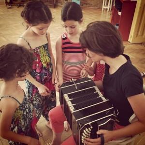 Gyerekek ismerkednek a bandoneónnal a Budai Tangó Clubban